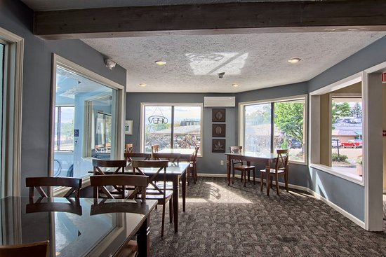 Pointes North Inn: Continental Breakfast area