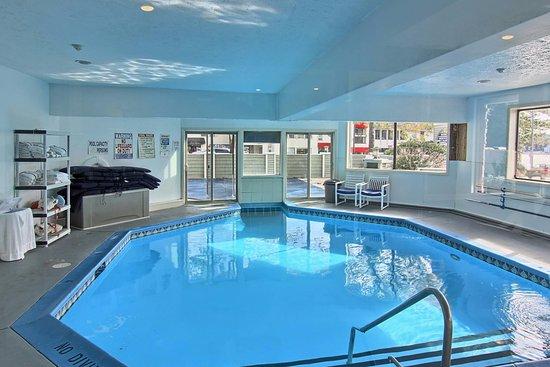 Pointes North Inn: Indoor pool