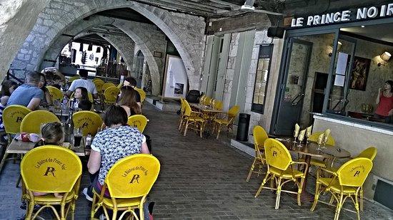 Monflanquin, Γαλλία: Le resto se trouve sous les arcades de Montflanquin.