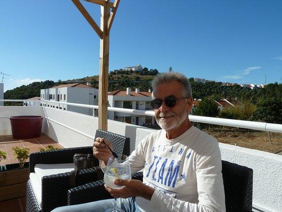 Santiago do Cacem, Portugal: La terraza tiene hermosas vistas
