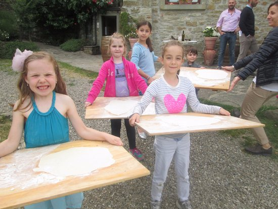 Capolona, Italia: Pizzas ready for toppings and the wood fired outdoor oven!