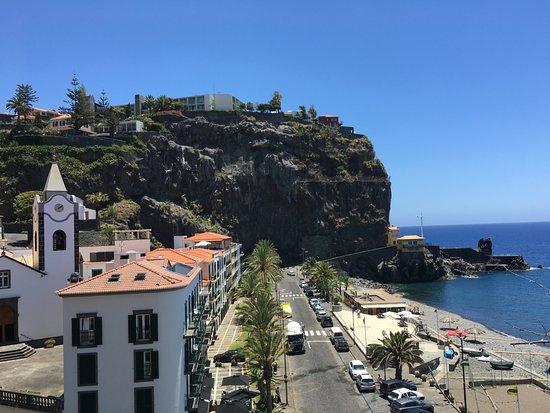 Ponta Do Sol, Portugalia: Strand und Hotel Estalagem auf dem Felsen