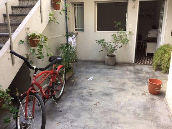 Boho Rooms: uno de los patios interiores. si llueve muy fuerte entra agua en las habitaciones.