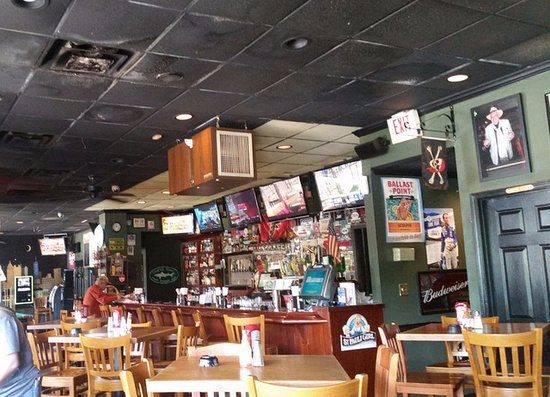 Peachtree City, Georgien: Dirty restaurant view.. Note the ceiling tiles