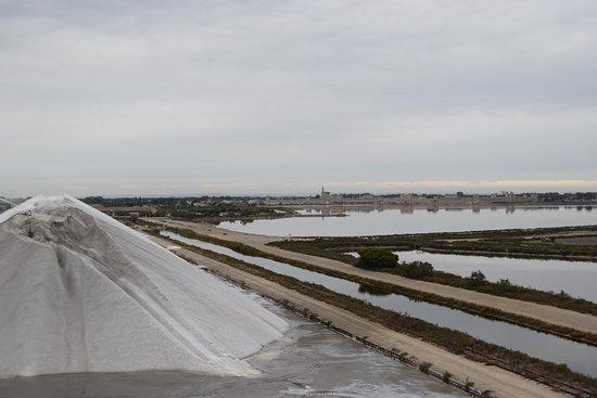 Aigues-Mortes, France : Vue sur la cité depuis la camel de sel