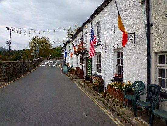 Crickhowell, UK: the inn & Bridge