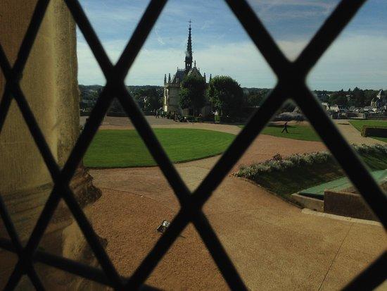 Амбуаз, Франция: Chapel where da Vinci is reputedly buried, seen through leaded window!