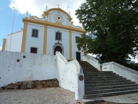 Santiago do Cacem, Portugal: Fachada de la iglesia matriz.