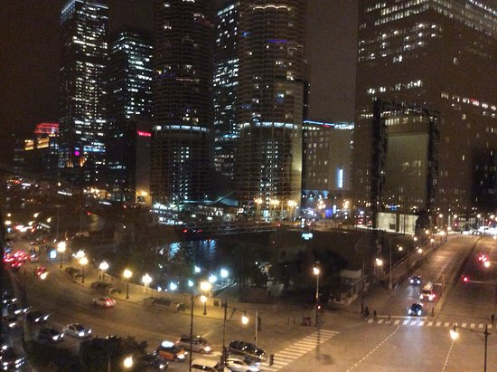 Kimpton Hotel Monaco Chicago: View at night from the window seat