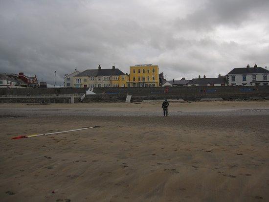 Kilkee, Irlanda: Hotel Stella Maris in alto a sx di (colore rosso)