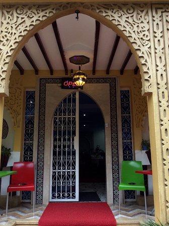 Hotel Tarek: Front door from outside