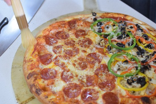 Otis, ออริกอน: 1/2 and 1/2 Pepperoni and Combo with Garlic Butter Crust
