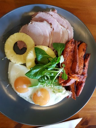 Boroughbridge, UK: Gammon, pineapple, eggs & sweet potatoes.