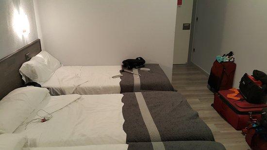 Pension Donostiarra: Vista hacia salida de habitación triple.