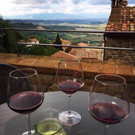 Chianni, Italia: Wine on the terrace