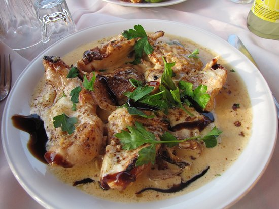 Vamos, Yunani: chicken with brany sauce