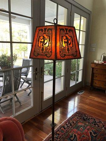 Staatsburg, Estado de Nueva York: A vintage 1920s lamp and original mica shade I found at Rhinebeck Antique Emporium!