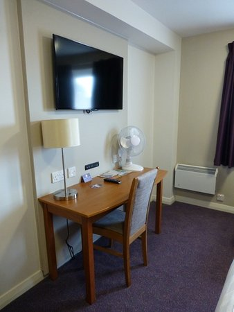 West Thurrock, UK: TV & desk opposite the bed