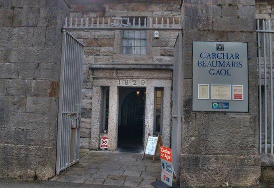 Beaumaris Gaol: Entrance to the gaol, showing date 1829