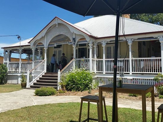 Esk, Australië: Lovely verandas, historic home,