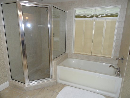 The Villages, FL: Nice clean bathroom with jacuzzi tub