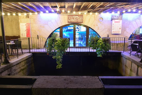 Ντολ, Γαλλία: L'entrée du Café de nuit