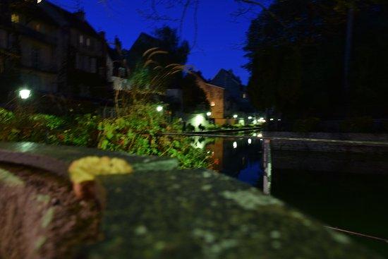 Ντολ, Γαλλία: Vue sur le canal de nuit depuis la terrasse du Café Charles