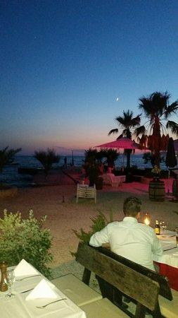 Podstrana, Croacia: Resturant along the beach