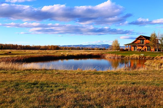 Gallatin River Lodge: Just before Sunset looking over the pond at the Trout Lodge. Not a single filter on this photo.