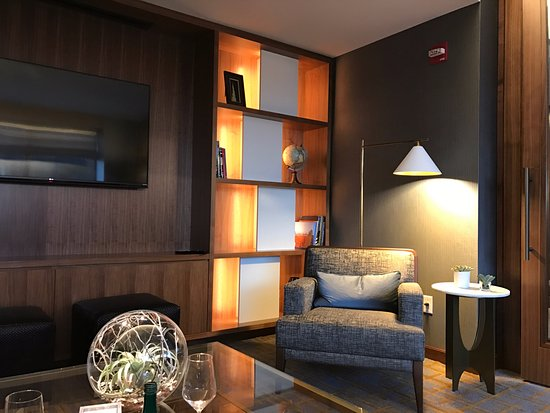 The Ritz-Carlton, Chicago: Library in the Club Lounge.
