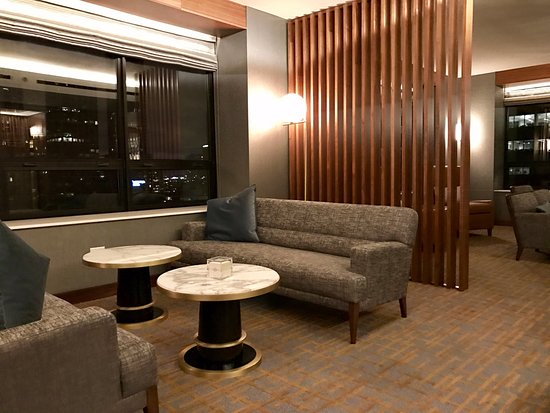 The Ritz-Carlton, Chicago: Seating area in Club Lounge.