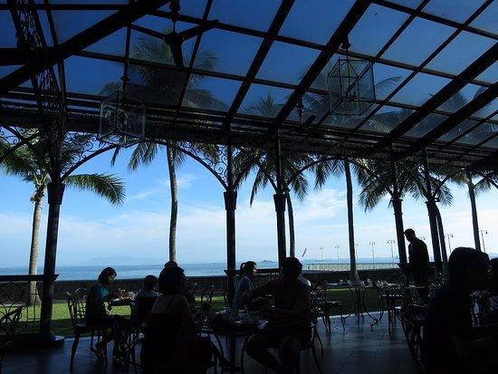 Eastern & Oriental Hotel: Beautiful breakfast patio