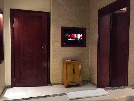 Tabacon Grand Spa Thermal Resort: TV on the bathroom