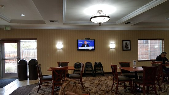 Holiday Inn Express Hotel & Suites Klamath Falls: 2 TV's in dining area