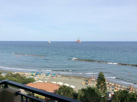 Pier Beach Aparthotel: The beach