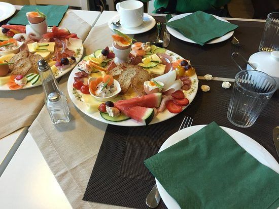 Gastehaus Waldeck: Prato de café da manhã - há também pães, sucos, bolos, iogurtes e cereais