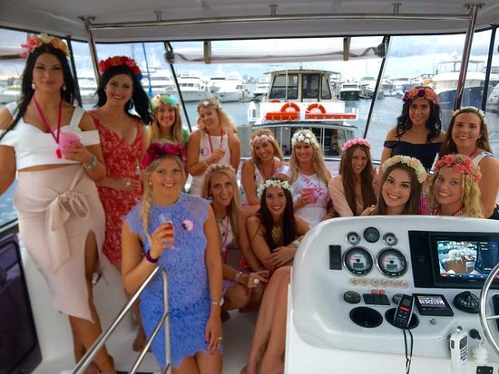 """Broadwater, Australia: The spacious flybridge with lovely passengers on """"Life's Good"""""""