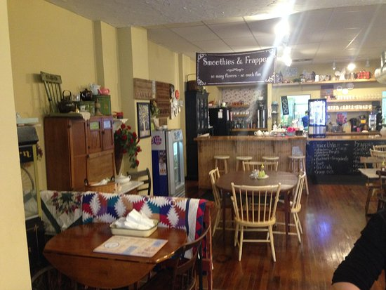 Lewistown, Pensilvania: Counter and dining area.