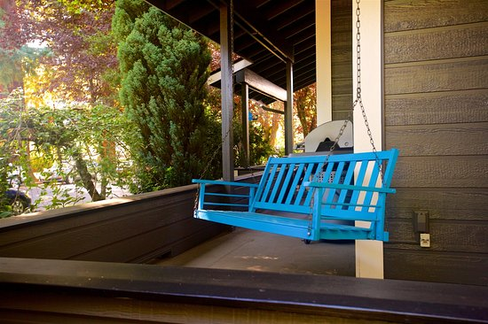The Oval Door Bed and Breakfast Inn: Porch Swing