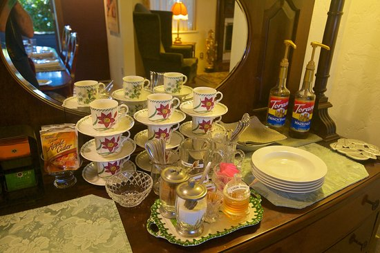 The Oval Door Bed and Breakfast Inn: Coffee Service