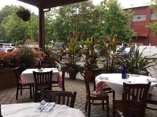 Ballston Spa, estado de Nueva York: Augies's Italian Family-style Restaurant - Outdoor Seating - August 2016