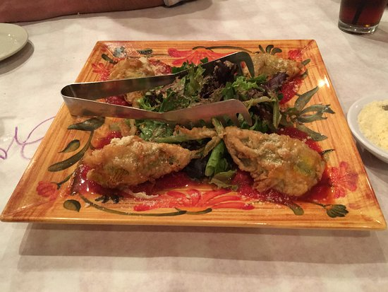 Ballston Spa, estado de Nueva York: Augie's Italian Family-style Restaurant - Stuffed Squash Blossoms with Field Greens Salad - Augu