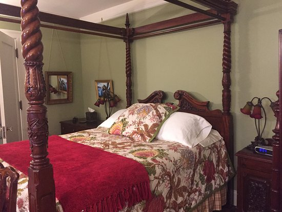Shafer Baillie Mansion: A four poster bed