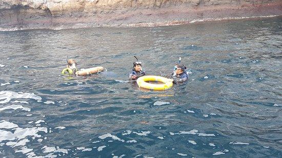Puerto Baquerizo Moreno, เอกวาดอร์: Recieving help snorkelling