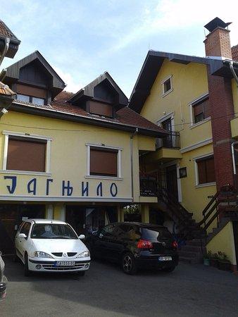 Raska, Serbia: Паркинг во дворе