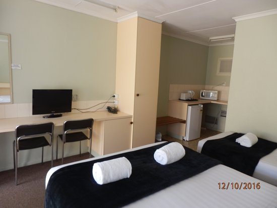 Toowoomba, Australia: Twin Room, 1 Queen and 2 Single beds Amenities