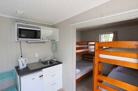 New Plymouth, Nueva Zelanda: Standard 6 berth and kitchenette. Linen not provided in standard cabins.