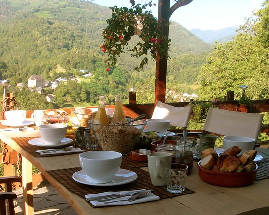 Galey, France: Breakfast on the terrace