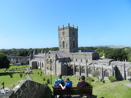 St. Davids, UK: St David's Cathedral with ruins of the Bishop's Palace, rear left