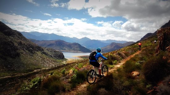 Franschhoek, Güney Afrika: Mountain Biking in the Berg River Catchment Area on the Wolwekloof trail with the Berg River Dam